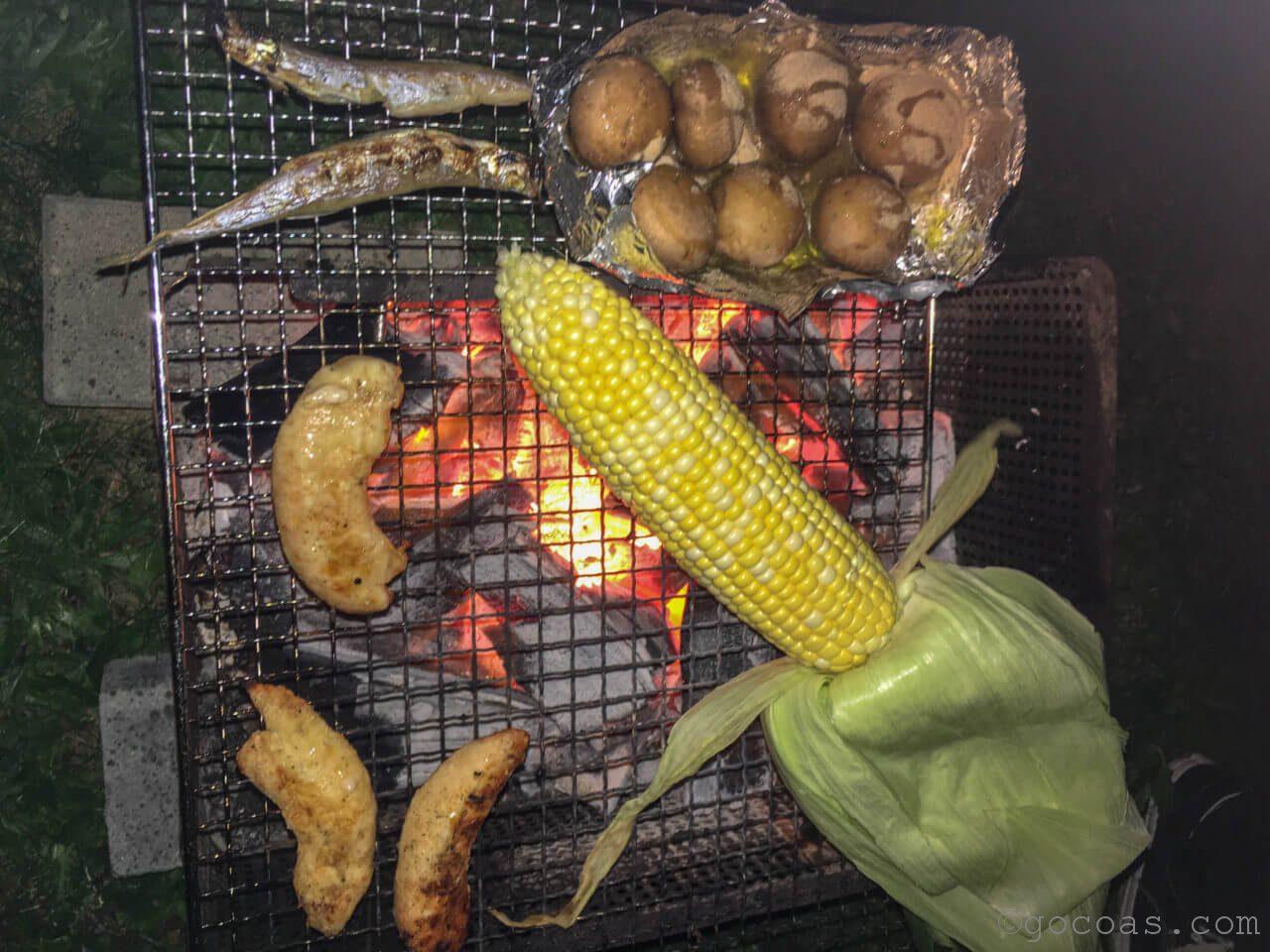 キャンプで野菜を炭火で焼いている