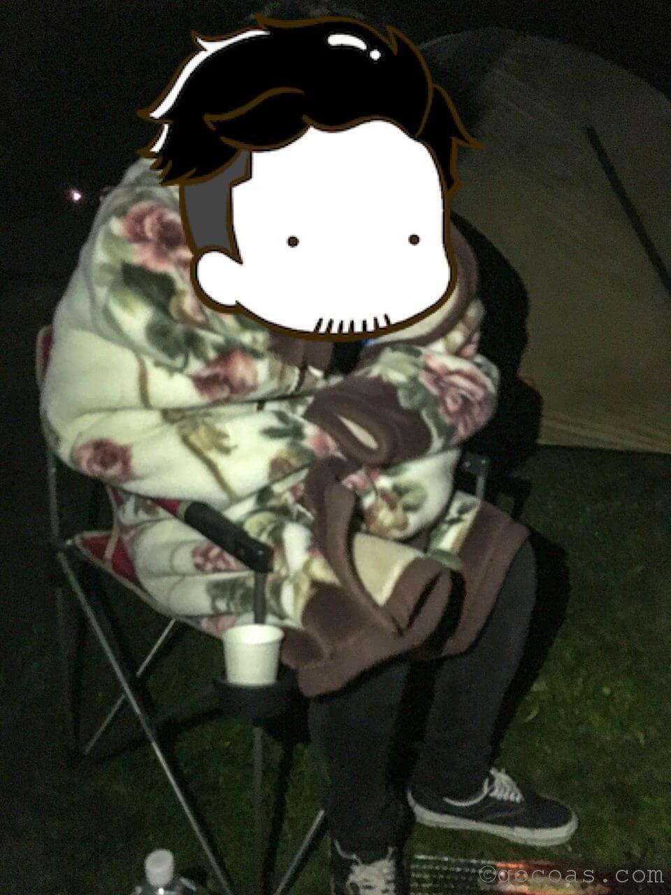 キャンプで寒そうにしているこーし
