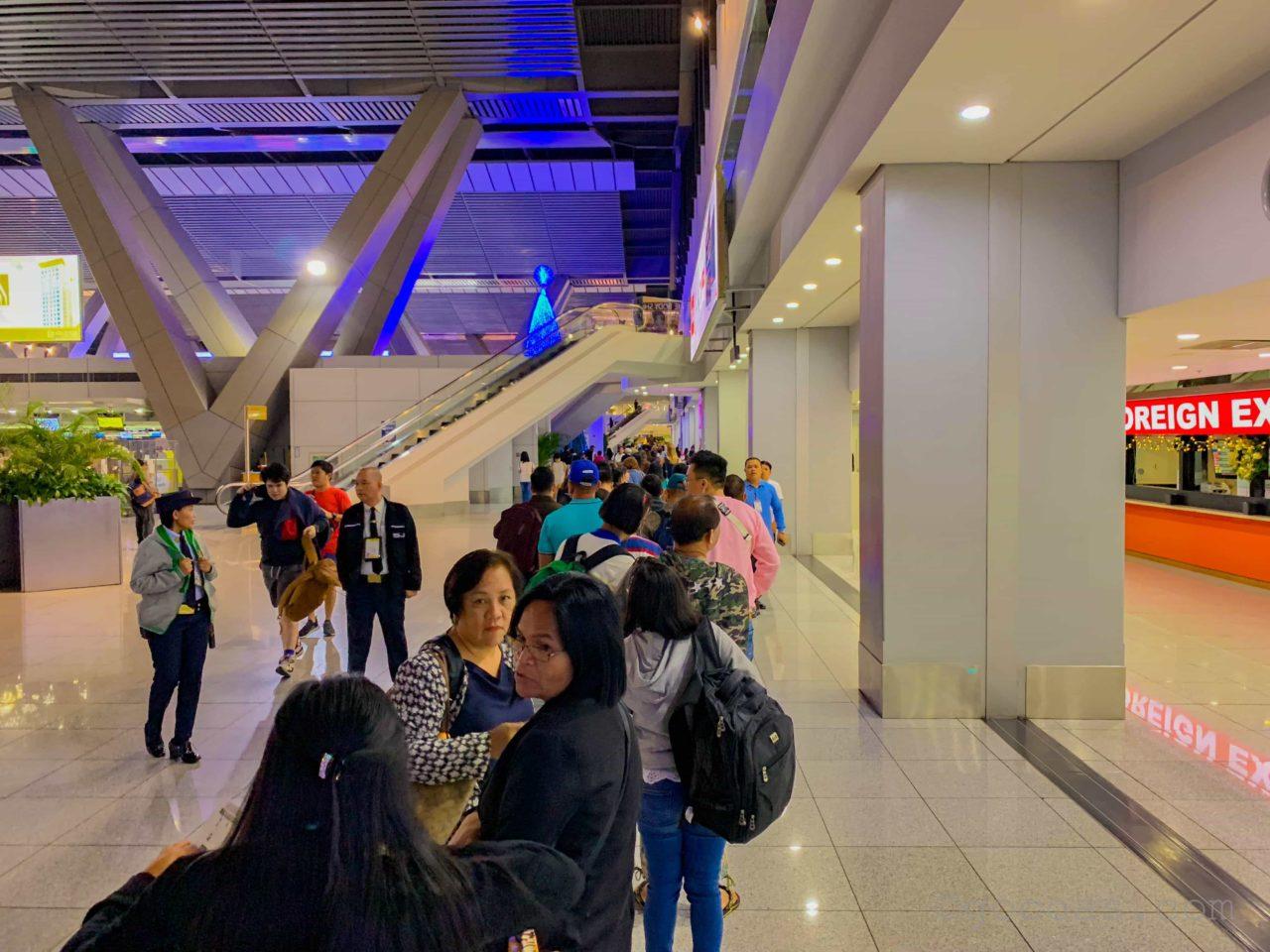 マニラ空港の長蛇の列