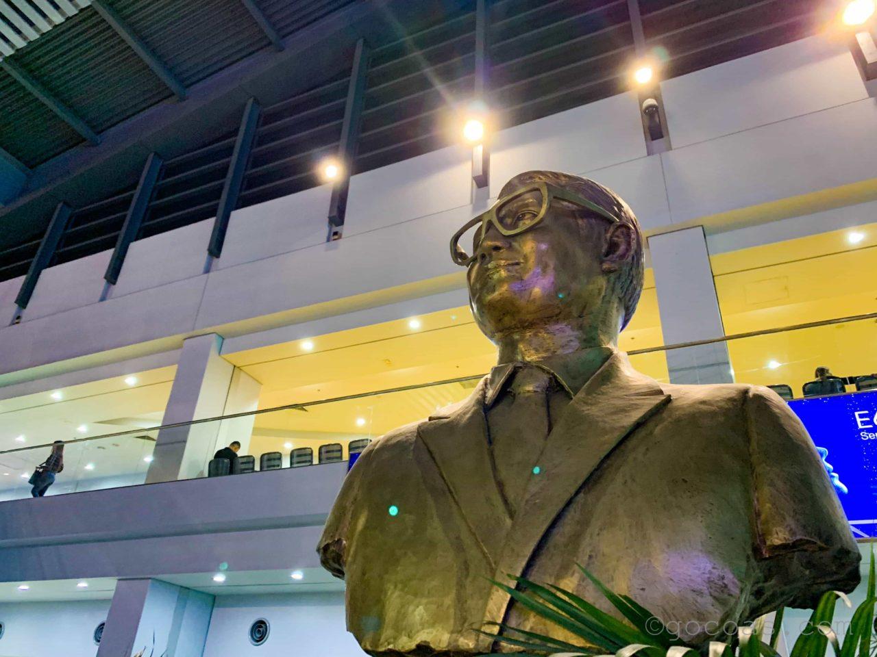 ニノイ・アキノ国際空港(マニラ空港)の銅像