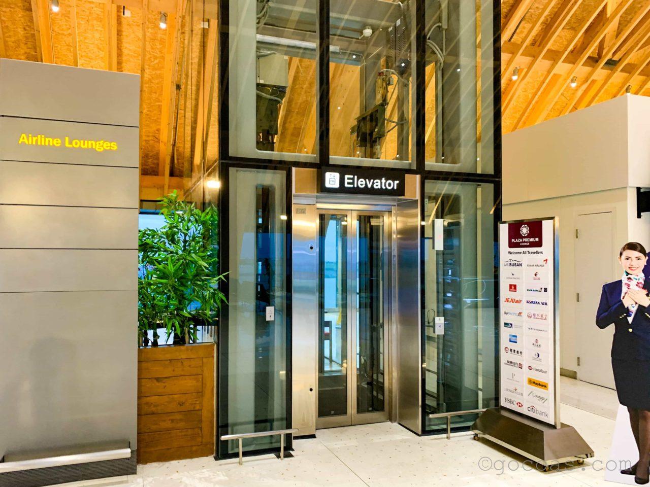 マクタンセブ国際空港ラウンジへ行くエレベーター