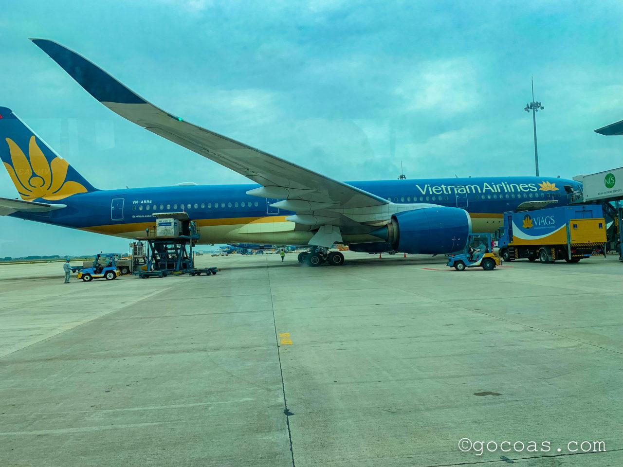 ノイバイ国際空港ベトナムエアライン飛行機