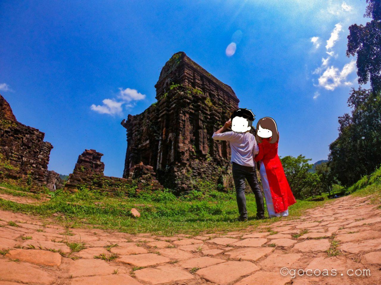 ベトナムの遺跡でアオザイ
