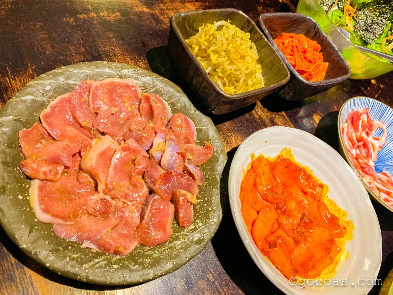 焼肉KAZUの砂肝やもやしナムルなど美味しそうなご飯