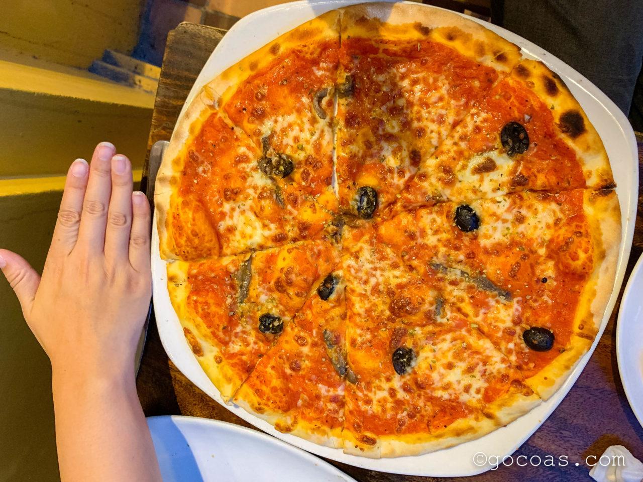 Piccola Italia Da Luigiの手よりも大きなピザ