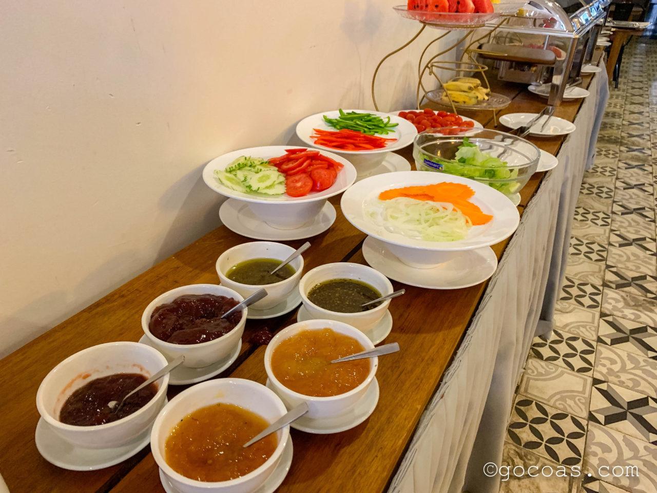 グランドエレベーションホテルの朝食ブッフェに並ぶサラダ