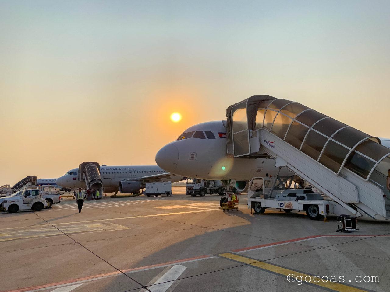 シェムリアップ国際空港国内線に到着した時に降りた飛行機と夕日