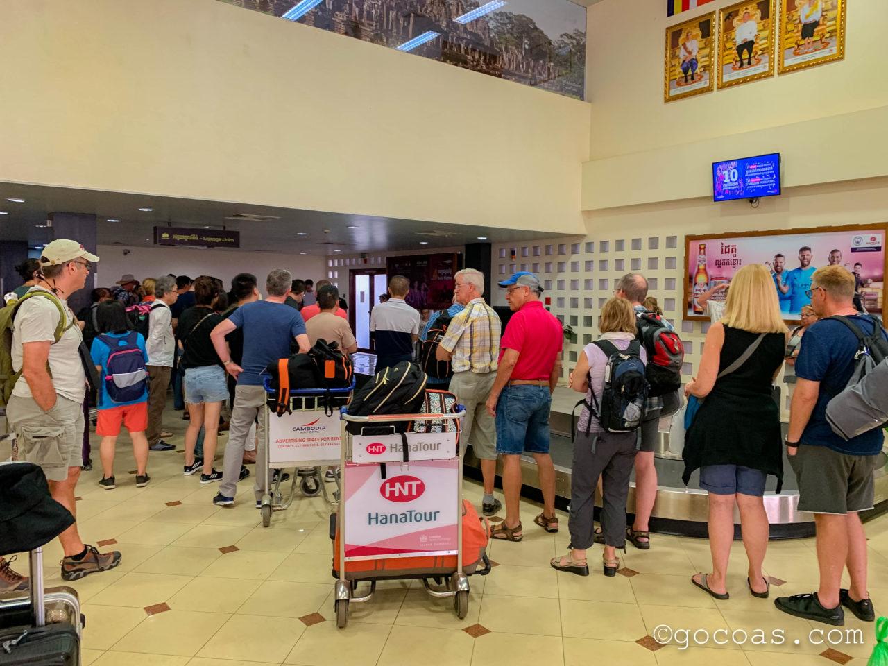 シェムリアップ国際空港国内線に到着した時の混雑している受託手荷物の受け取り場所