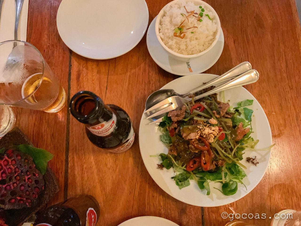 Marumのアリが乗っている肉とサラダの料理