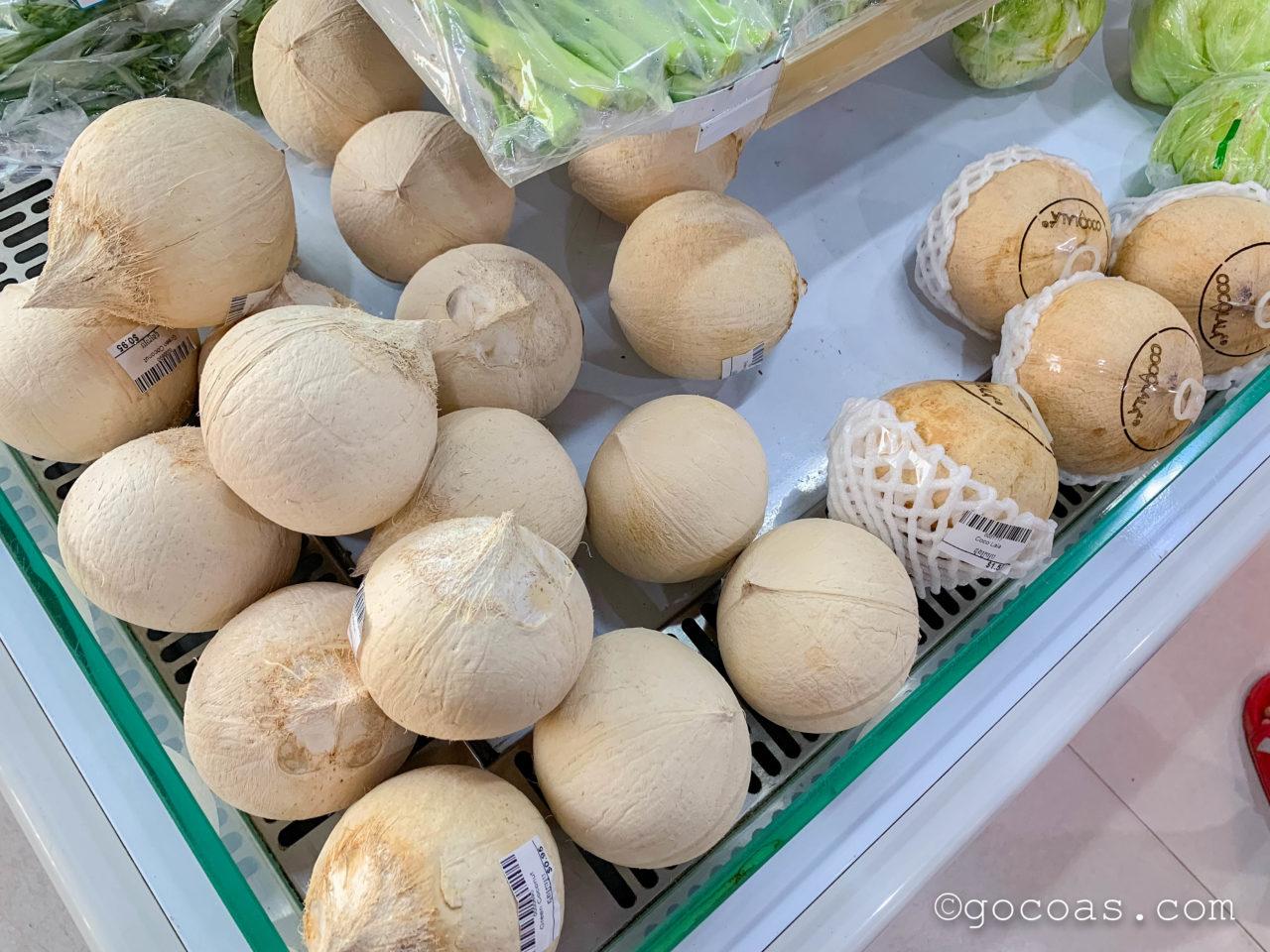 Asia Plaza Supermarketで売られている蓋付きのココナッツ