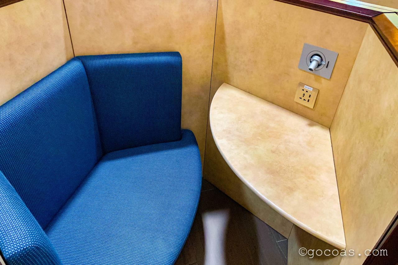シェムリアップ国際空港のPLAZA PREMIUM LOUNGEの半個室のような作りの座席
