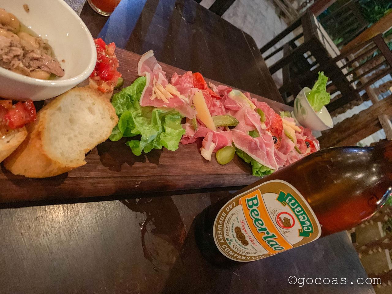 L'isola dei Nuraghiで食べた大きな生ハムプレートとビアラオの瓶