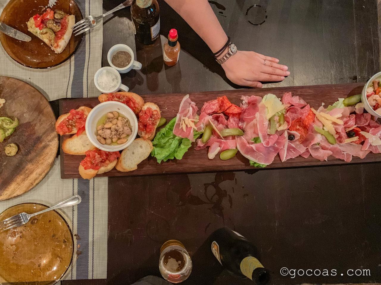L'isola dei Nuraghiで食べた大きな生ハムプレートと手の大きさ比較