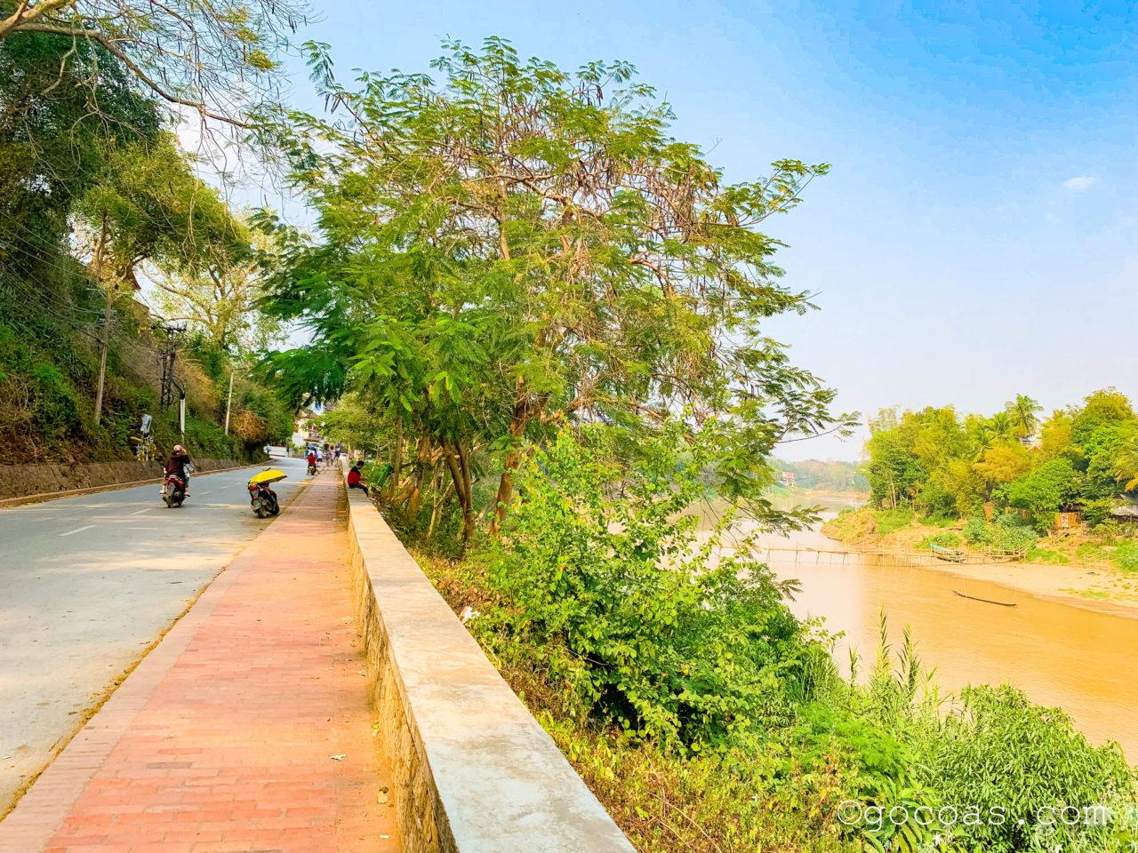 ルアンパバーンの街中のある道路とメコン川