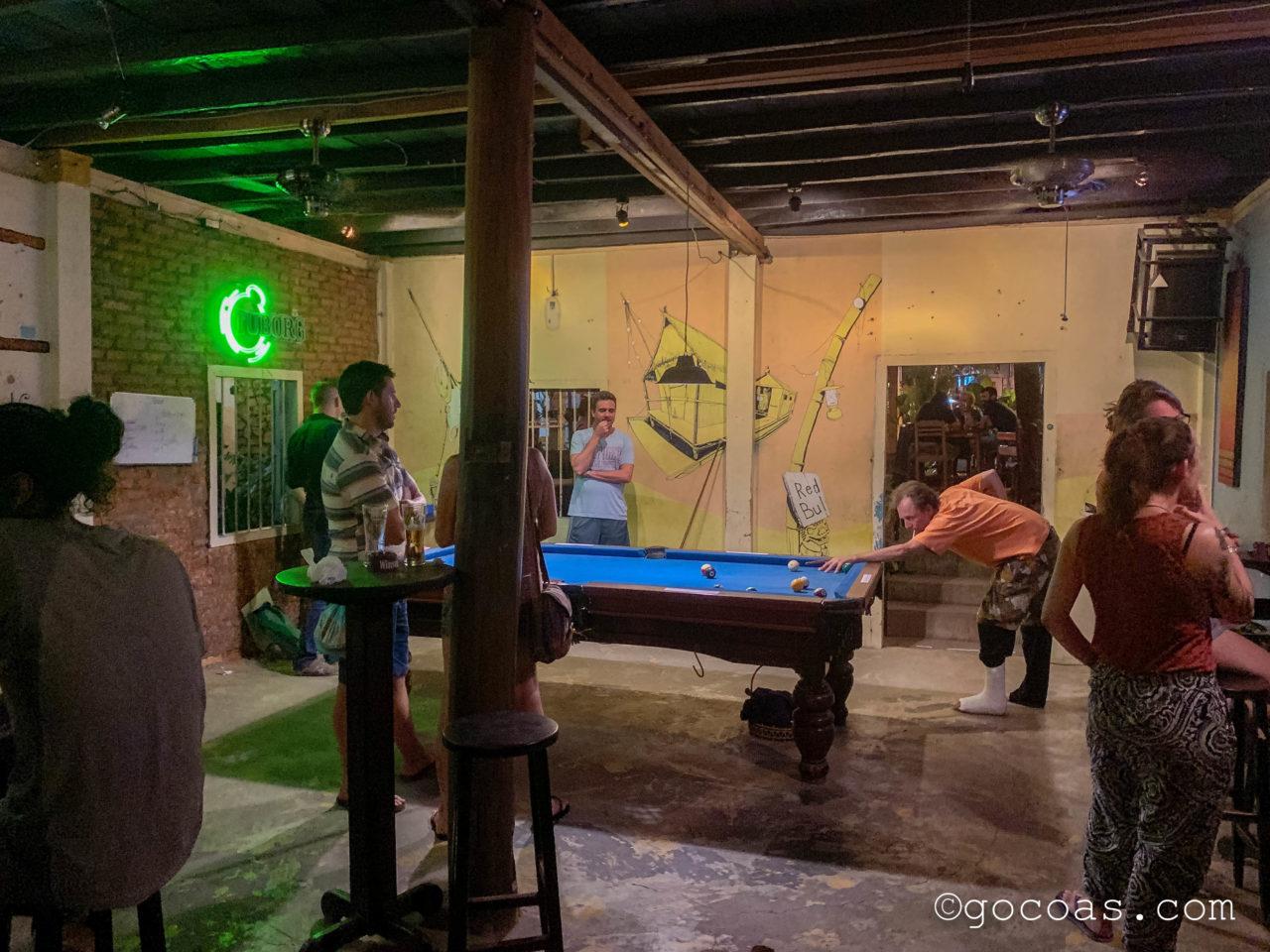 RedBul bar & restaurantの店内でビリヤードをしている人たち