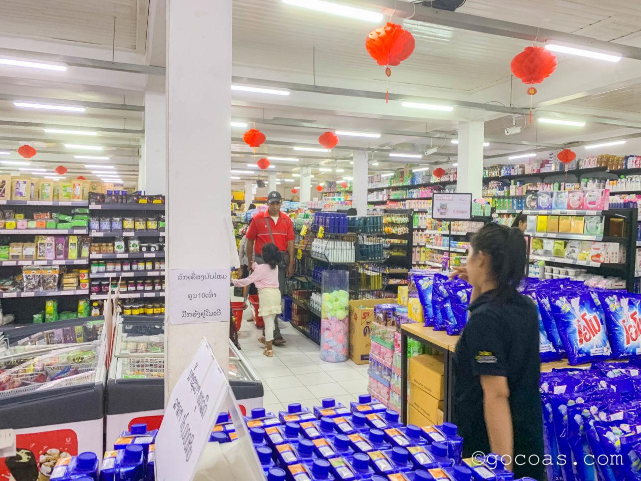 D&T supermarketの店内の店員さんとお客さん