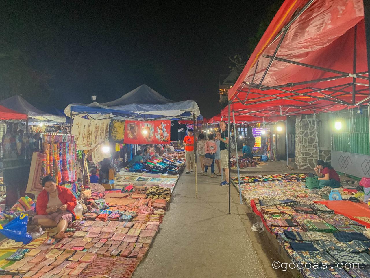 ルアンパバーンのナイトマーケットで並ぶお土産の屋台