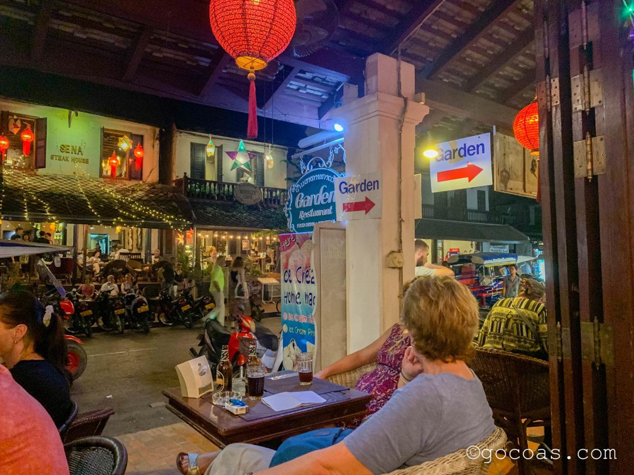 Garden Restaurantのテラス席で談笑する外国人客