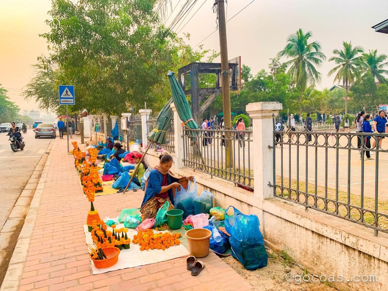 ルアンパバーンの街中の歩道でお花を売る人たち