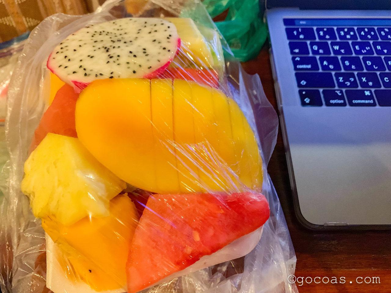 ルアンパバーンのナイトマーケットで買ったフルーツ
