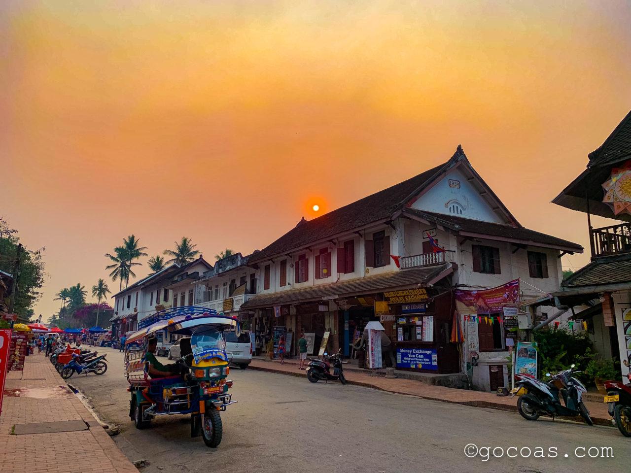 ルアンパバーンの街中にあるお店と夕日