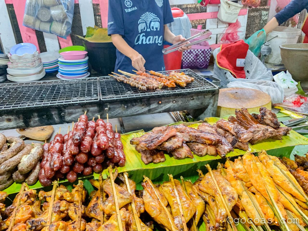 ルアンパバーンのナイトマーケットの飲食コーナーに並ぶ串焼きの屋台