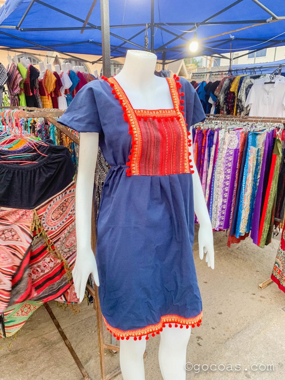 ルアンパバーンのナイトマーケットに並ぶ洋服の屋台にあった青いワンピース