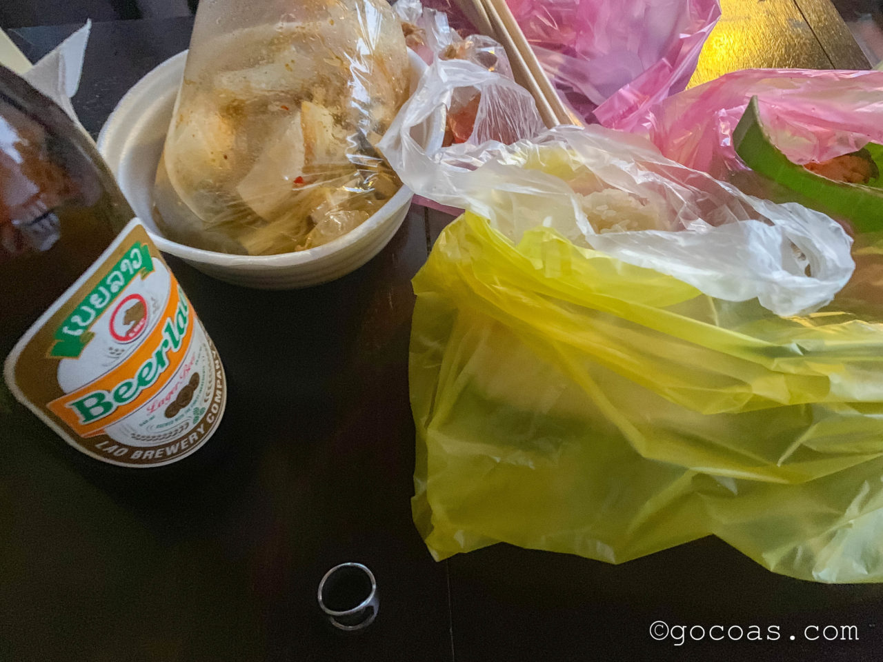 ルアンパバーンのナイトマーケットで買ってきた鍋や串焼きの食べ物とビアラオの瓶