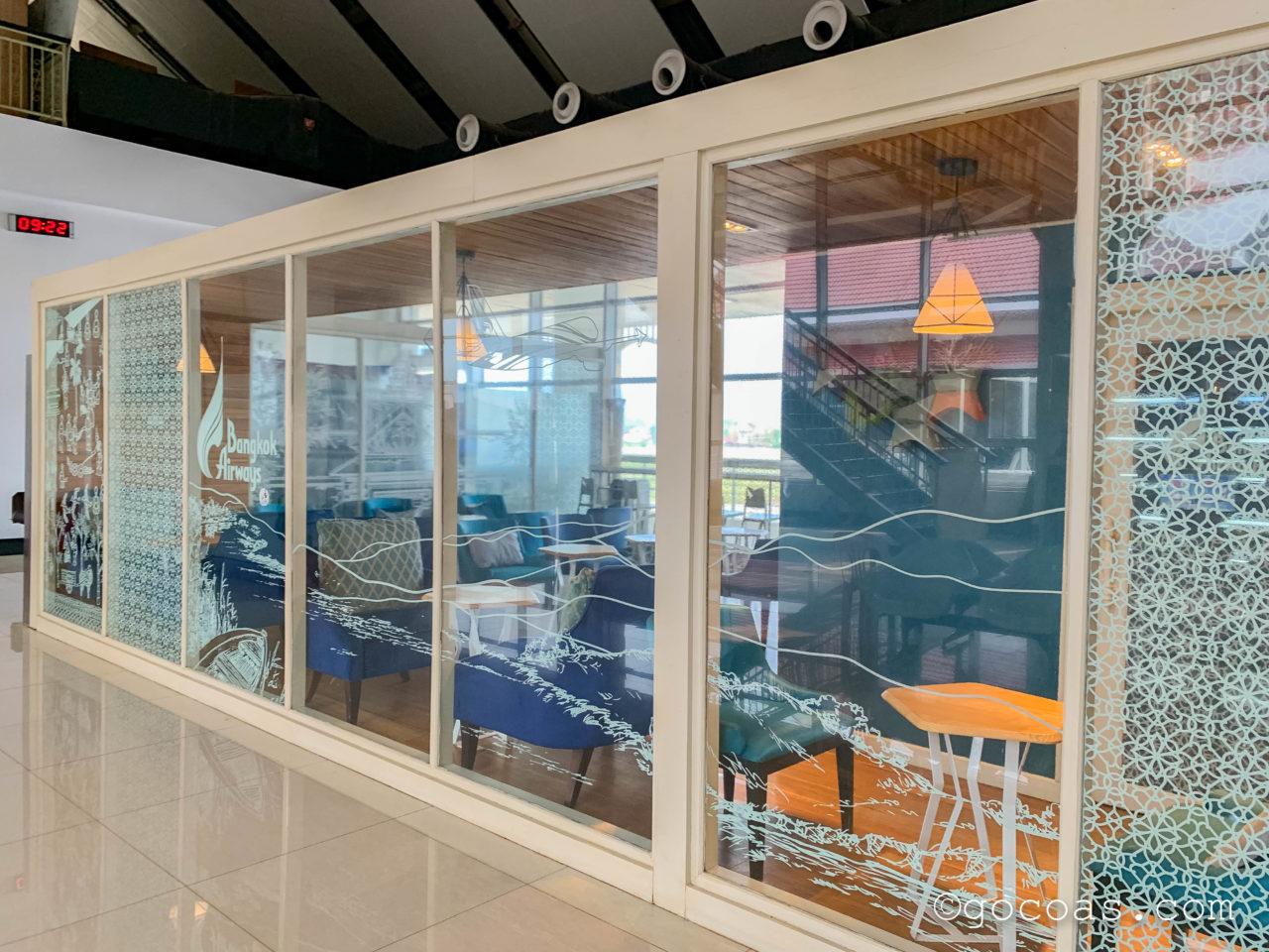 ルアンパバーン国際空港のBANGKOK AIRWAYS LUANG PRABANG LOUNGEのガラス張りの壁で外からラウンジ内が丸見えなところ