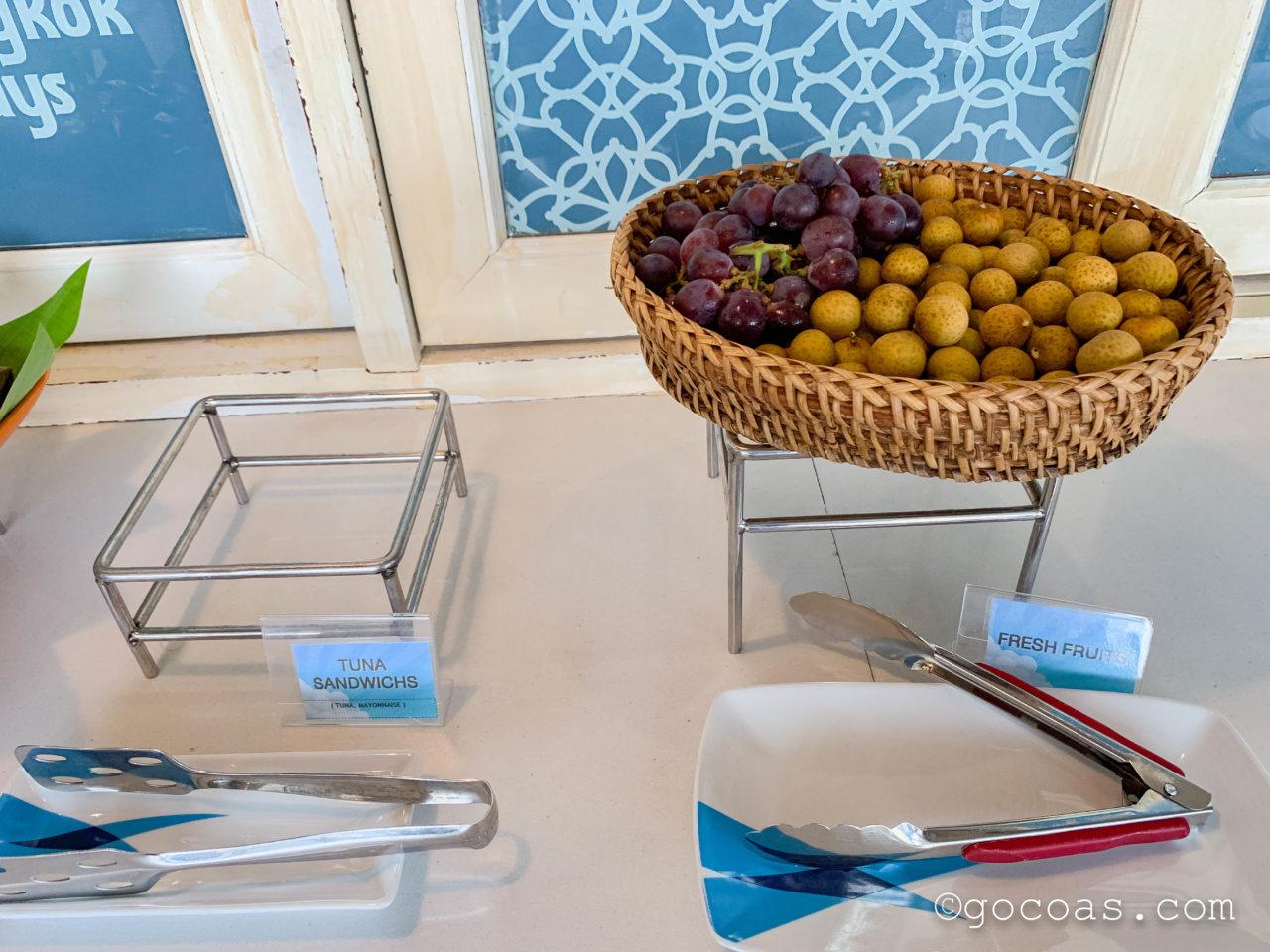 ルアンパバーン国際空港のBANGKOK AIRWAYS LUANG PRABANG LOUNGEのフレッシュフルーツとツナサンドイッチの棚