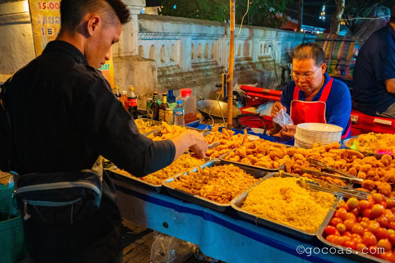 ルアンパバーンのナイトマーケットに並ぶビュッフェ