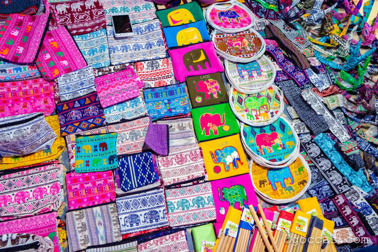 ルアンパバーンのナイトマーケットに並ぶ象柄のポーチ