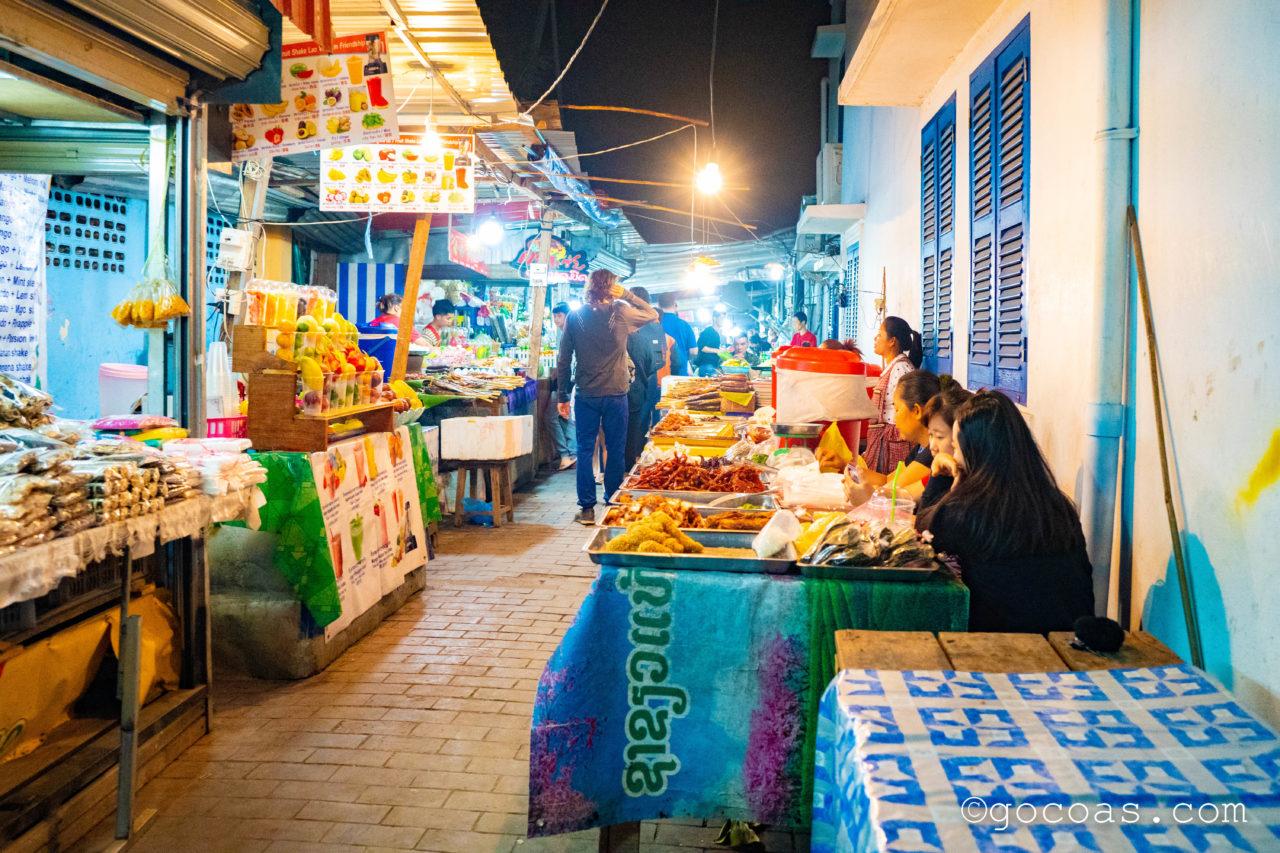 ルアンパバーンのナイトマーケットの飲食コーナー入口に並ぶ屋台