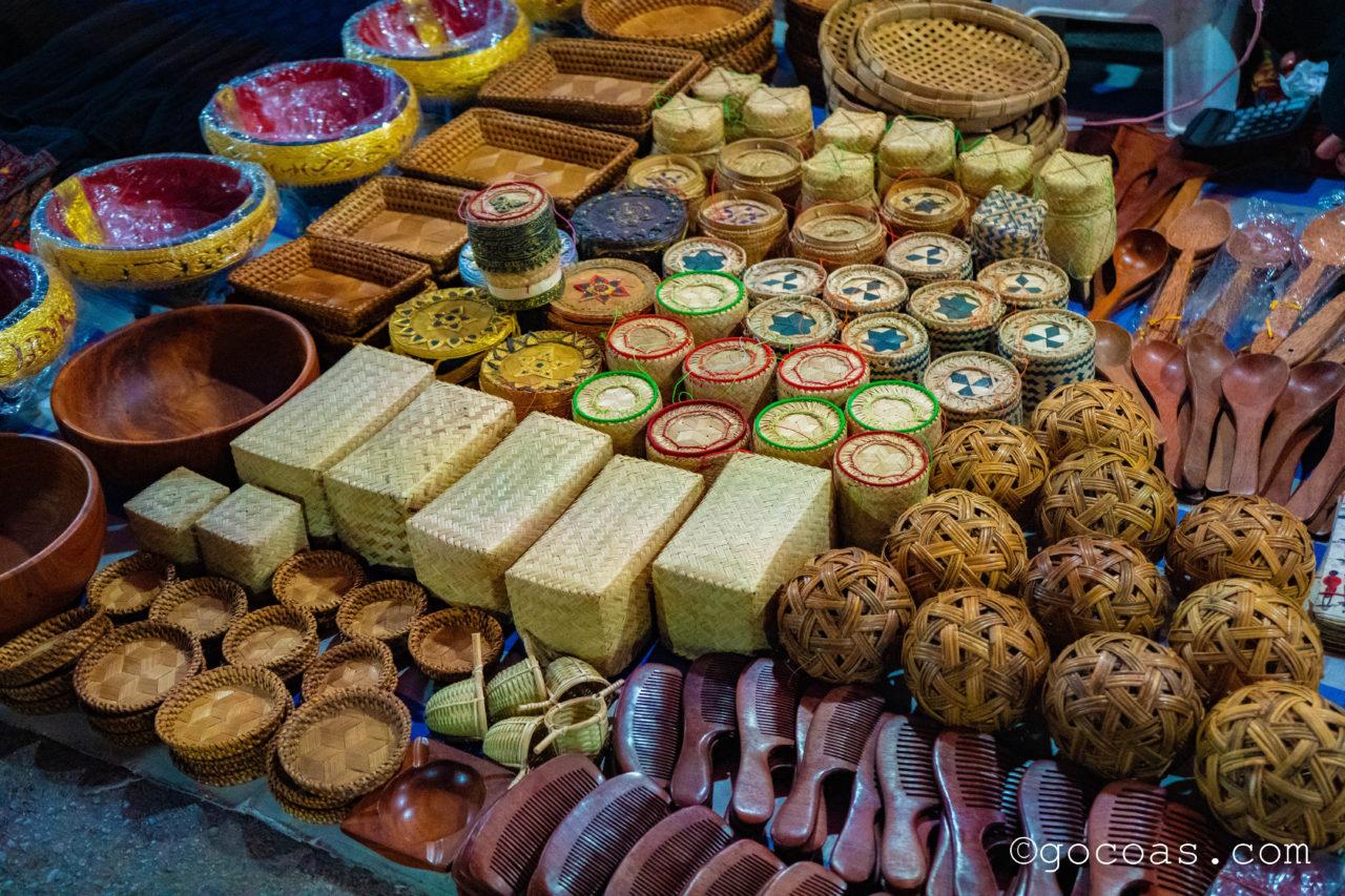 ルアンパバーンのナイトマーケットで並ぶ木製や竹製のお土産