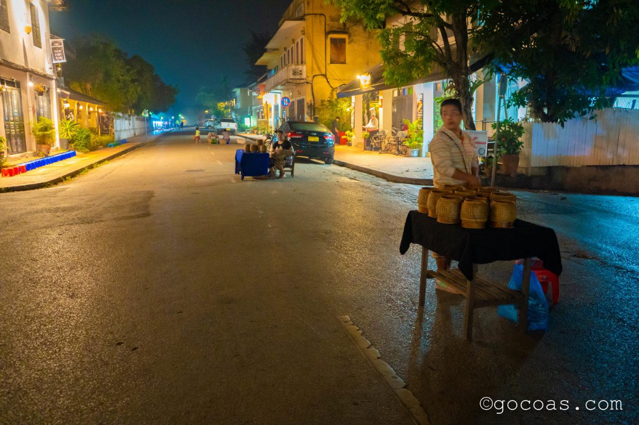 ルアンパバーンの托鉢で路上に並ぶ米屋さん