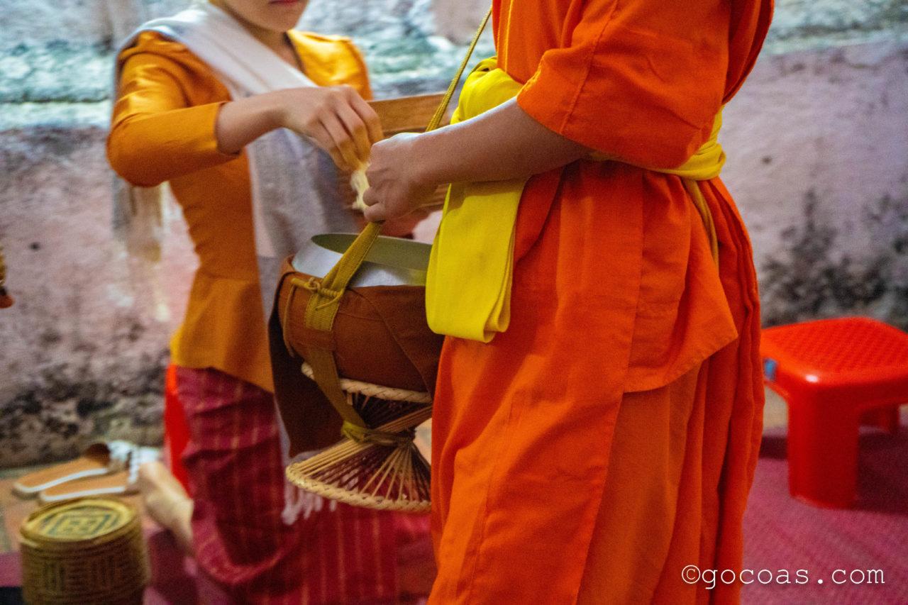 ルアンパバーンの托鉢で歩いてきた僧侶とお米を渡す人