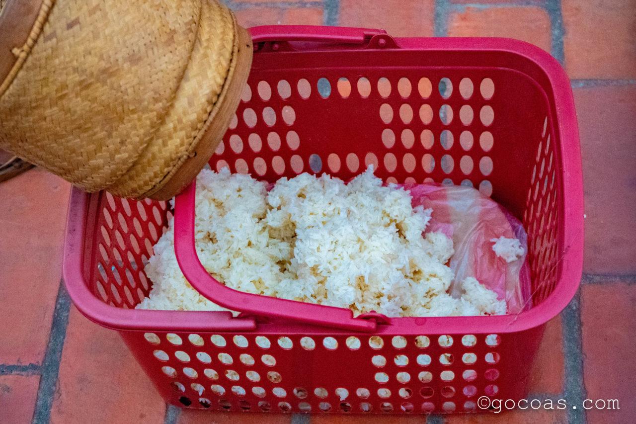 ルアンパバーンの托鉢で渡され集められたお米
