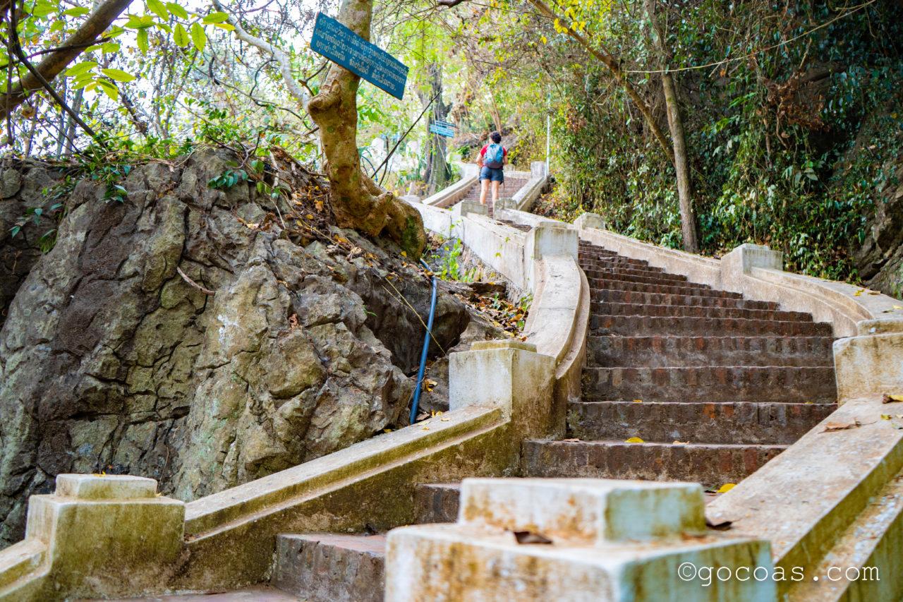 プーシーの丘の途中にあった階段