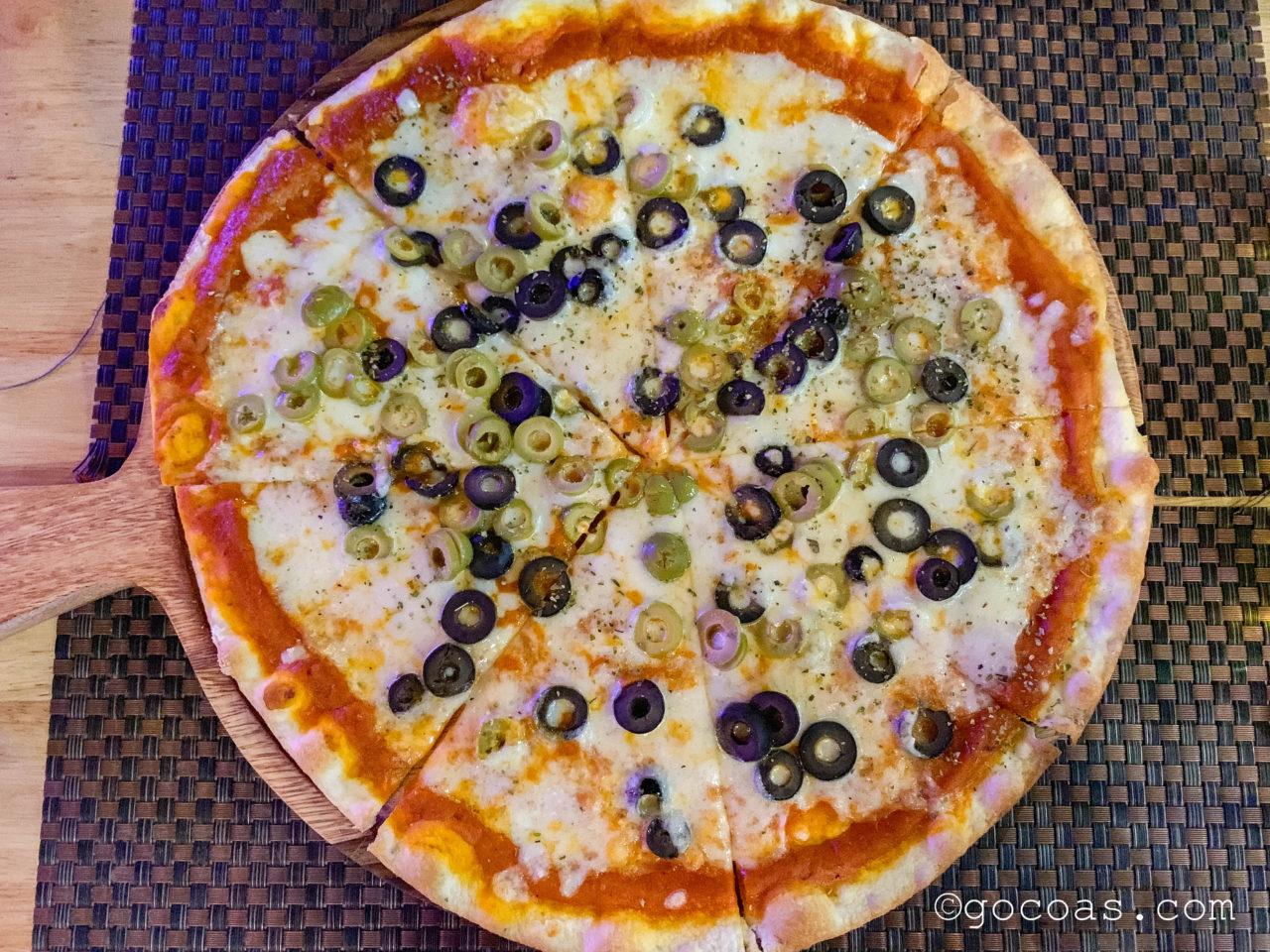 カオサン アート ホテル1階のレストランて食べたオリーブが乗っているピザ