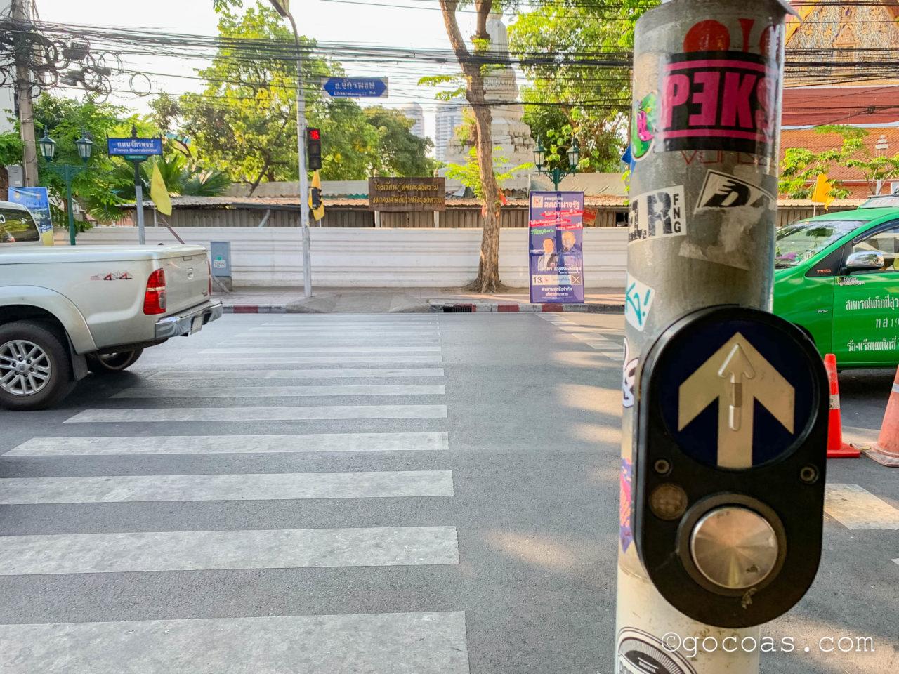 バンコクの街中にあった横断歩道とボタン