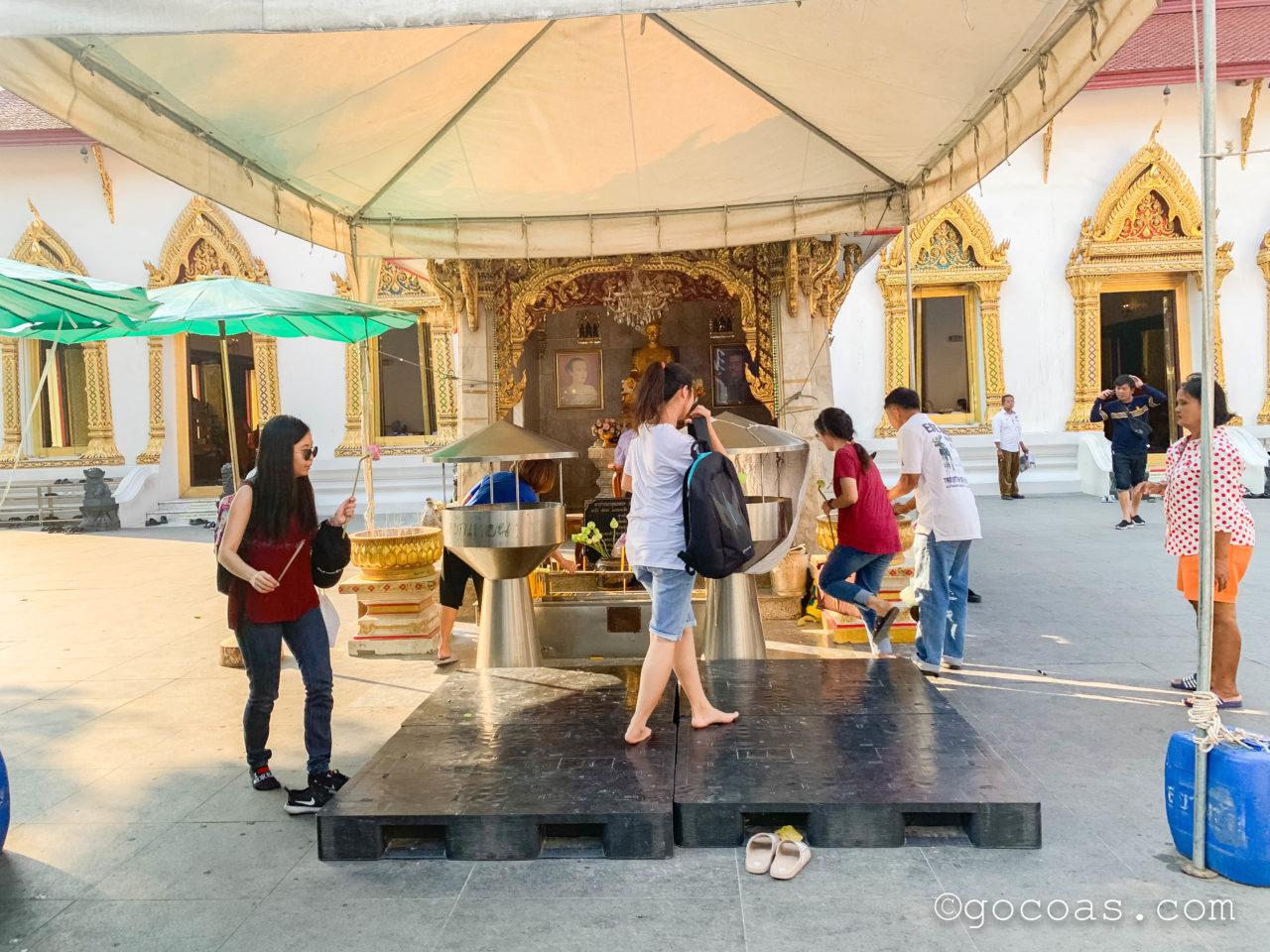 バンコクの街中にあった寺院に入る地元民