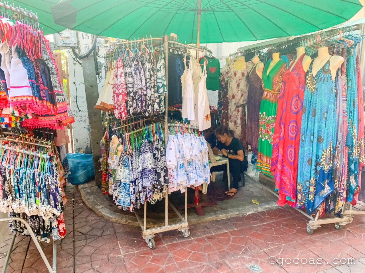 バンコクの街中にあった服の屋台