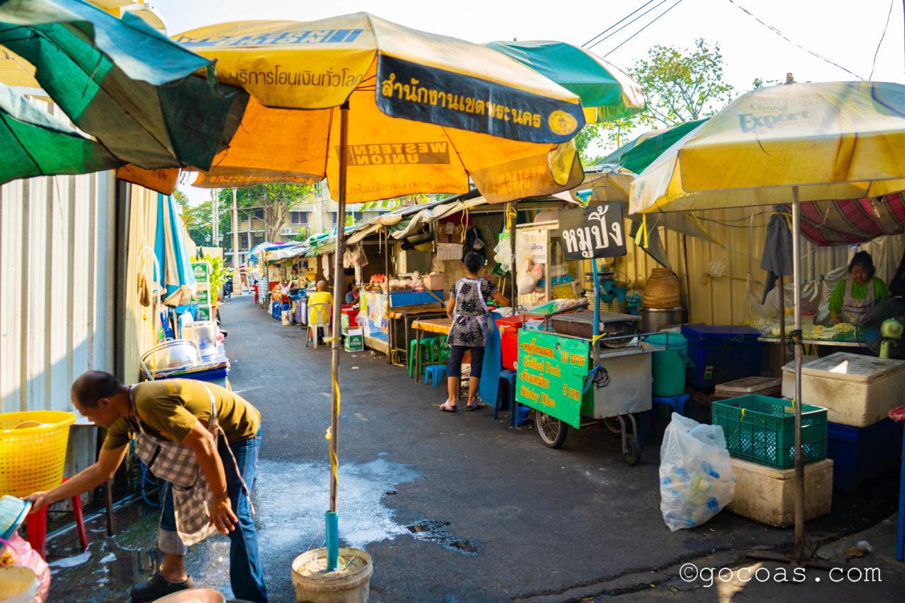 バンコクの街中にあった屋台が並ぶ細道
