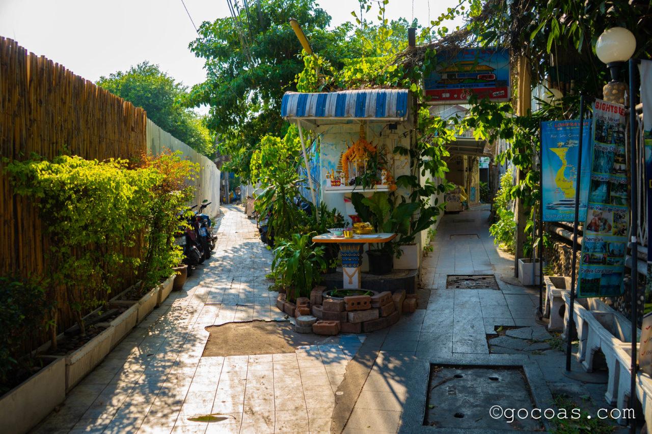 バンコクの街中にあった細道のY字路