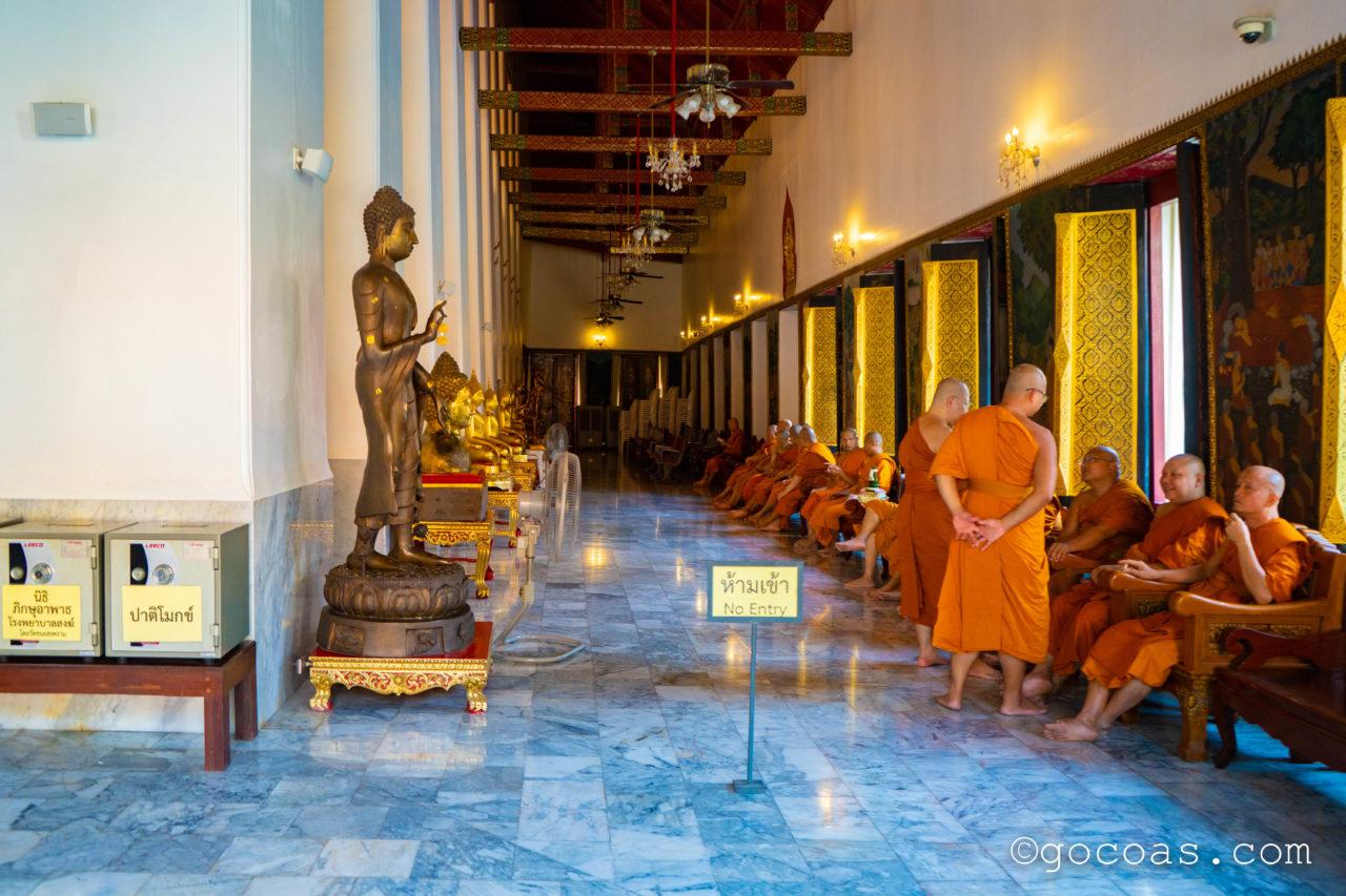 バンコクの街中にあった寺院に集まる修行僧