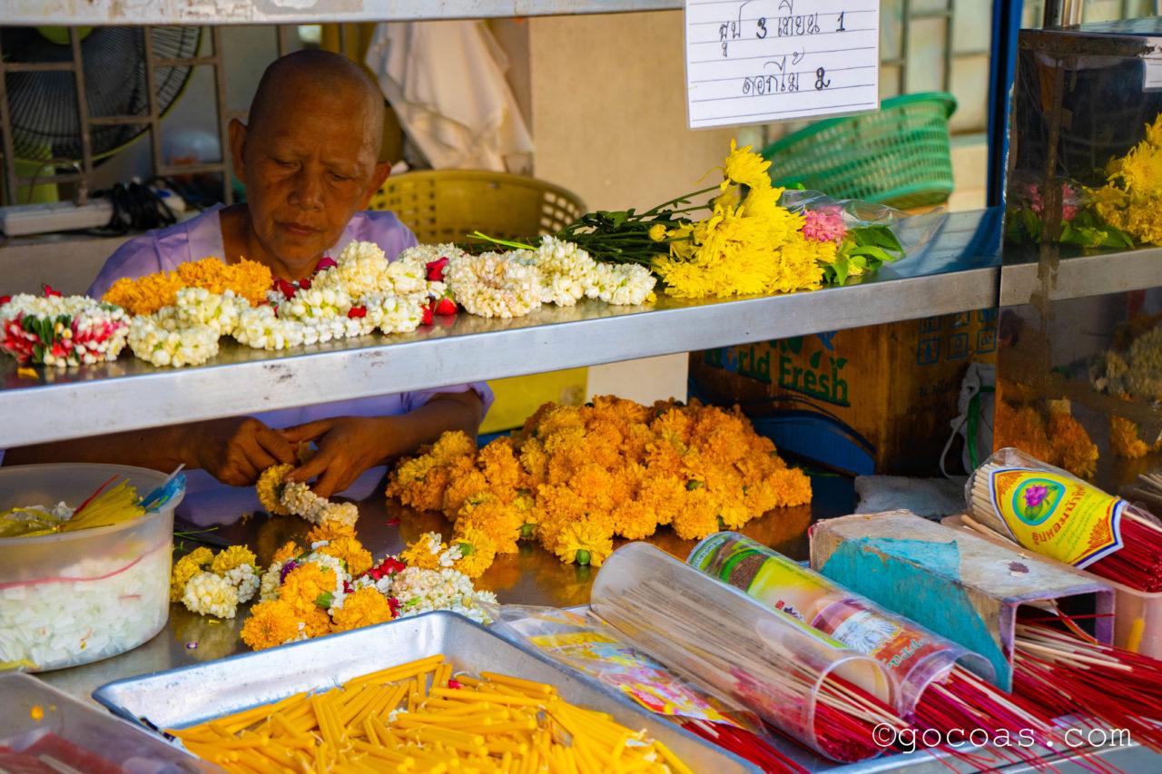 バンコクの街中にあった寺院にあったお祈りの道具を売る屋台
