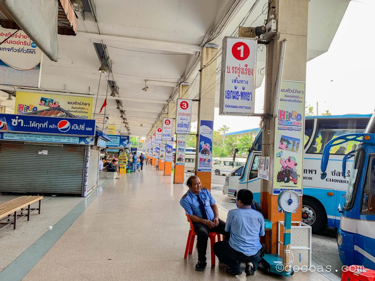 Bangkok Bus Terminal内部で並んでいるバス停