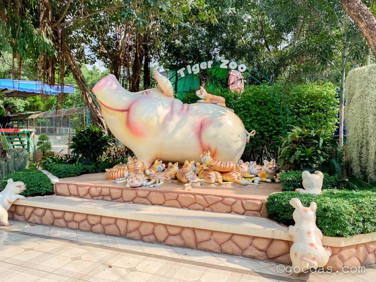 シラチャタイガーズーで豚のミルクを飲むトラの赤ちゃんの像