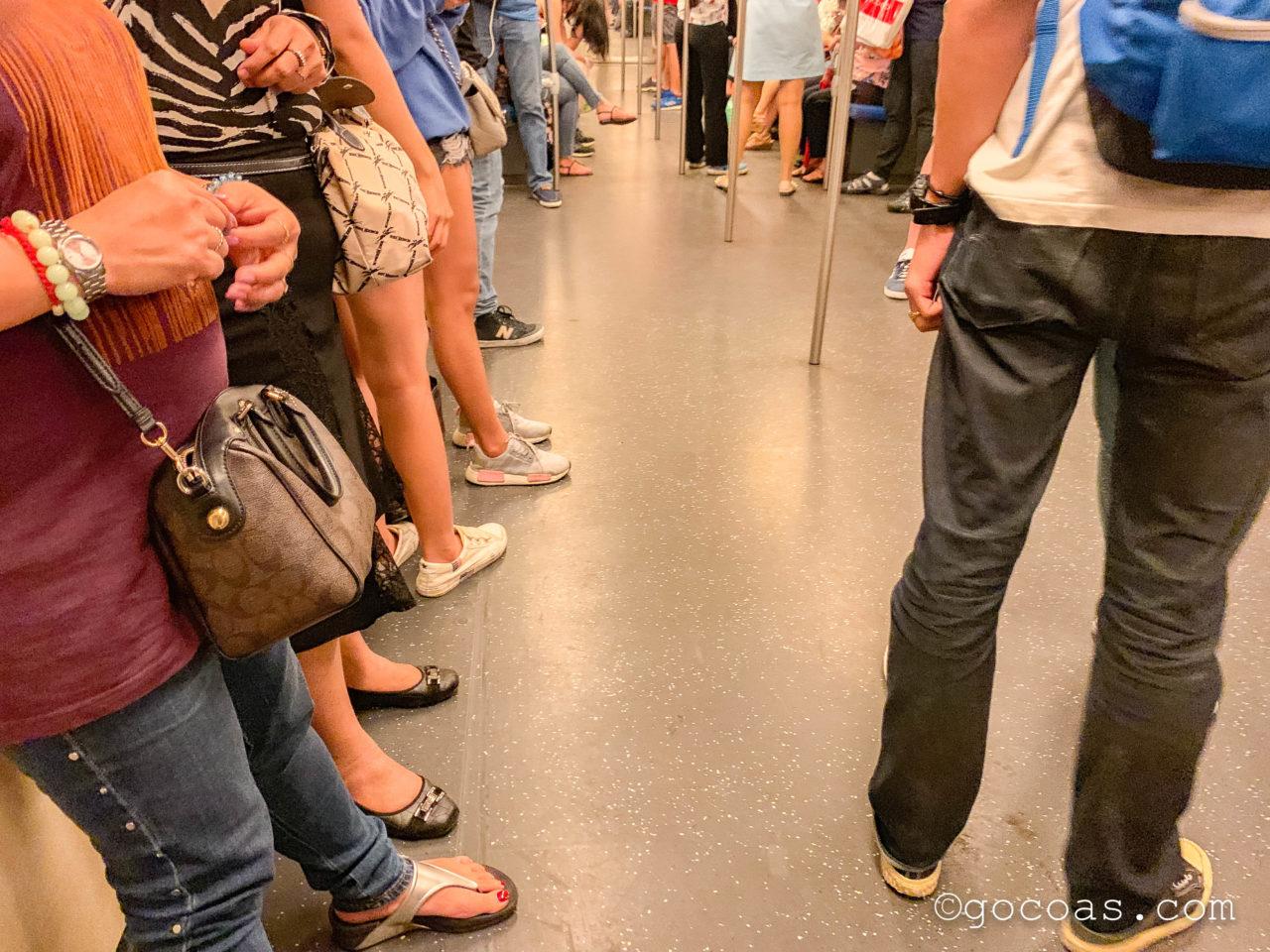 Hua Lamphong駅で購入した地下鉄内の混雑