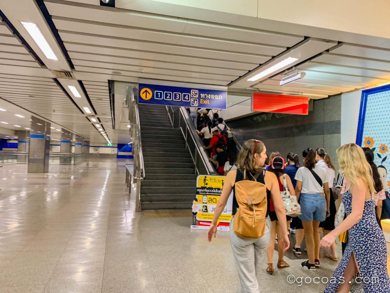 タイ文化センター駅到着エスカレーター